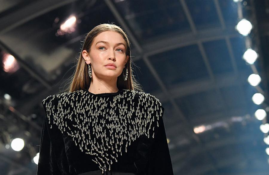 مدل معروف جی جی حدید در لباس مشکی