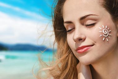 کرم ضد آفتاب فیزیکی و شیمیایی چه تفاوتی دارند و کدام برای شما مناسبتر است؟